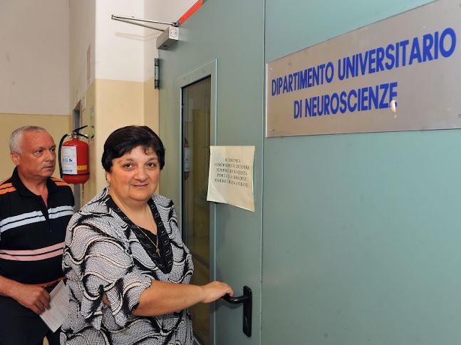 Antonietta Raco, entra caminhando no hospital para análises relacionados com sua inexplicável cura