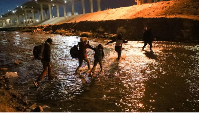 Oltre 8mila migranti haitiani accampati sotto un ponte in Texas