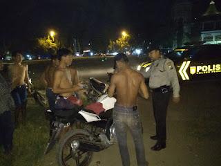 Tim Patroli Polsek Puger Bubarkan Kerumunan Pemuda