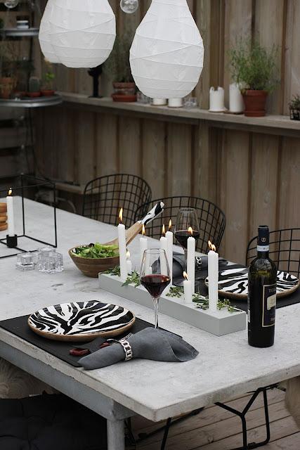 annelies design, webbutik, webbutiker, webshop, nätbutik, inredning, uteplats, uterum, uterummet, trädäck, altan, grill, grilla, kamado sumo, liten grill, underlägg, tallriksunderlägg, läder, skinn, servetter, rödvin, vin, kött, zebra tallrik, tallrikar, dukning, bordsdukning,