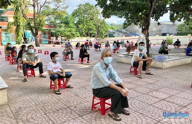 Xét nghiệm sàng lọc Covid-19 cho toàn bộ người dân thị trấn Châu Ổ