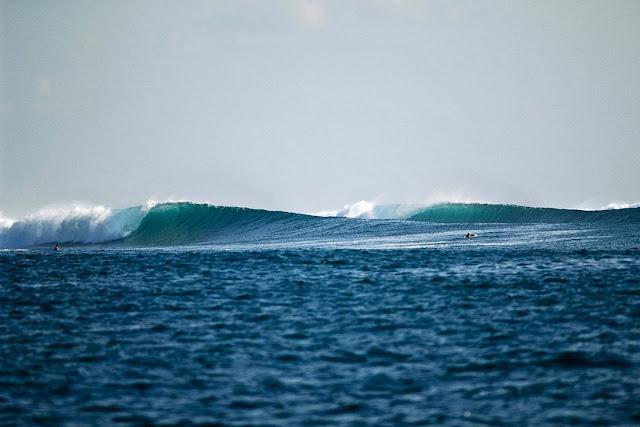 foto surfing di pantai g-land banyuwangi