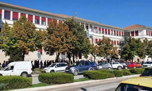 Με βασικό σύνθημα «όχι στη χούντα του εμβολίου» δεκάδες κάτοικοι των Ιωαννίνων διαδήλωσαν το απόγευμα της Τετάρτης ενάντια στις αποφάσεις της κυβέρνησης για τον εμβολιασμό.