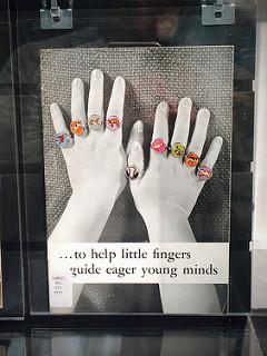 Manos con anillos con dibujos de animales