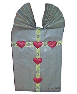 Confezione regalo realizzata con una busta di carta per il pane