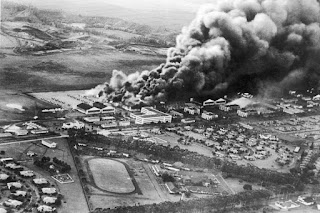 Pandangan udara pangkalan udara Wheeler Airfield yang terbakar selepas serangan Jepun ke atas Pearl Harbor, Honolulu, Hawaii pada 7 Disember 1941. Gambar diambil oleh sebuah pesawat pejuang pengebom Jepun semasa melakukan serangan.
