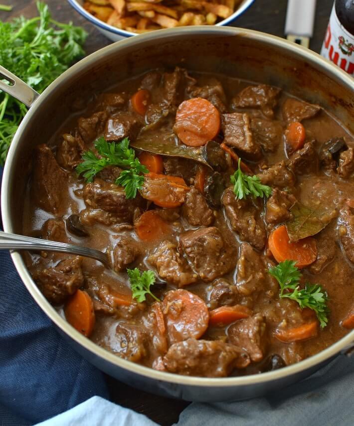 Estofado de carne en cerveza belga, también llamado estofado flamanco, un plato típico de Bélgica y se sirve con papitas fritas o papas majadas