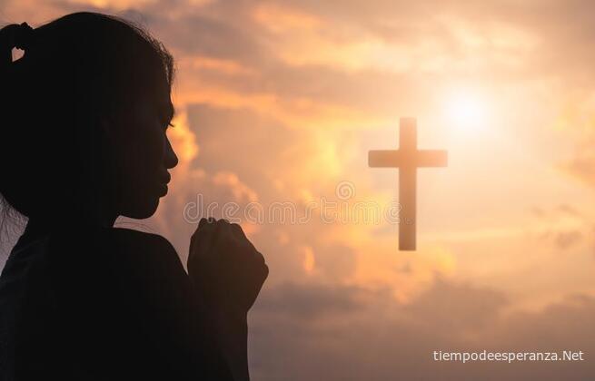 Mujer orando con cruz de fondo