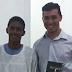 Jovem leva vizinhos ao batismo após orações em campo de futebol em Cuiabá