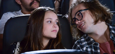 Vai pintar um clima entre Mirela (Larissa Manoela) e Vivi (Vincenzo Richy) no cinema em As Aventuras de Poliana