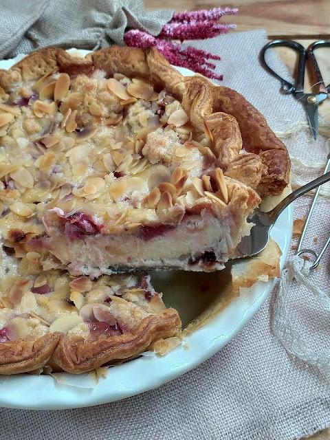 Receta de tarta de queso mascarpone con fresas y crumble de almendras. Tarta sbriciolata. Cheesecake. Postres para el día de la madre. Hojaldre Lidl Horno Cuca