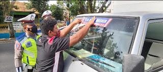 "Gencar Ops Yustisi, Sat Lantas Polres Bone Pasang Sticker ""Ayo Memakai Masker"" di Kendaraan"