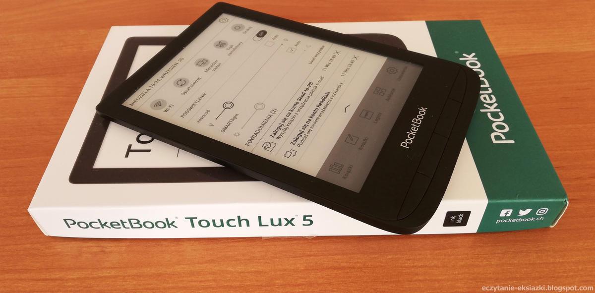 Czytnik PocketBook Touch Lux 5 położony na opakowaniu
