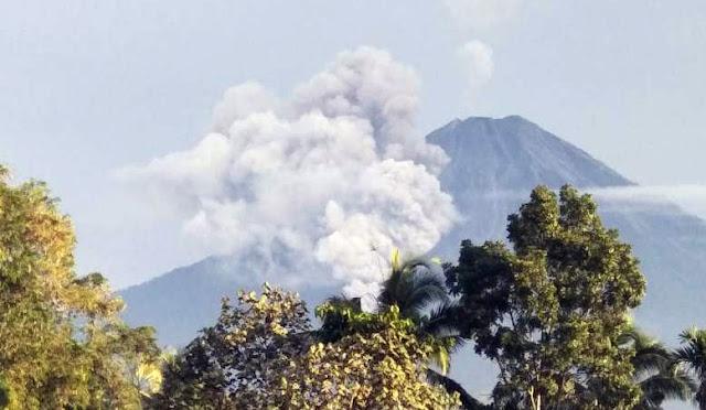 Gunung Semeru mengeluarkan  awan panas