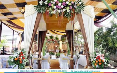 dekorasi pelaminan minimalis di ha;laman rumah, souvenirunik.web.id