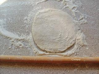 Φύλλο για πίτα που δεν έχει ακόμη ολοκληρώθει το ανοιγμα του