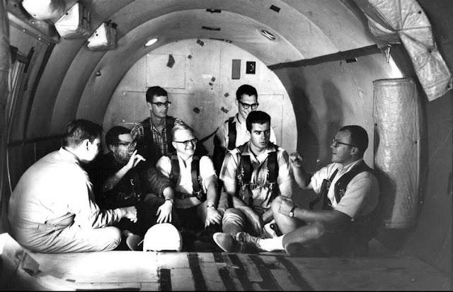 Hombres sordos conversando en un vuelo parabólico para el estudio de la NASA