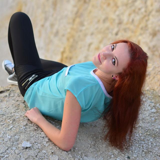 3.10.2015 Miętowa koszulka, czarne legginsy z zamkami, czarne trampki, kolorowe bransoletki, sesja Kamieniołomy Kielce