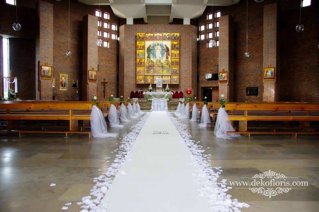 Biały dywan z imionami i płatki - ślubna dekoracja Opole