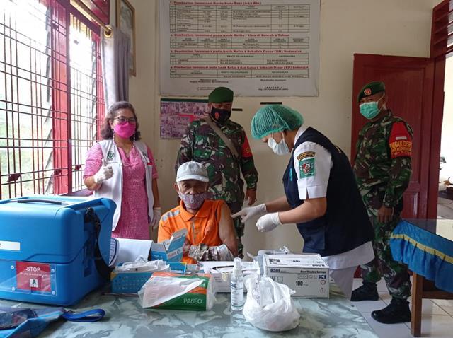 Tepatnya Di Kecamatan Sidamanik Personel Jajaran Kodim 0207/Simalungun Dampingi Pelaksanaan Suntik Vaksin