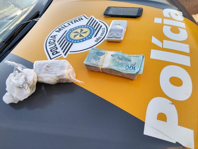 Policia Rodoviaria prende motorista após encontrar tablete de cocaína, balança de precisão e R$ 9 mil em carro