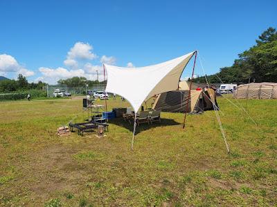 テントはオガワの「アイレ」、タープはテンマクデザインとユニフレームのコラボアイテム「REVOタープ コットン」