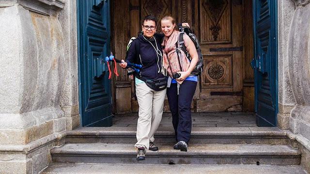 duas peregrinas de Santiago de Compostela saindo da igreja