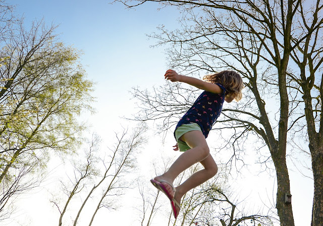 Kind springt sehr hoch