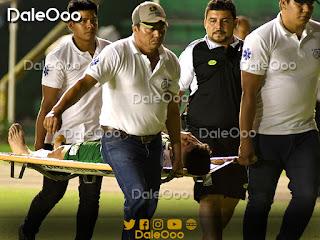 El jugador de Oriente Petrolero Daniel Rojas muestra dolor mientras se lo llevan al vestuario en camilla - DaleOoo