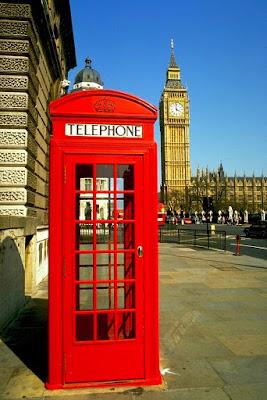 Cabina telefónica típica de Londres con vistas al Big Ben