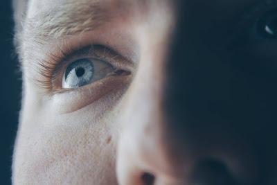 ما هو سبب رعشة العين؟