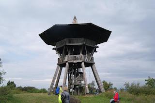Ein hökzerner, runder Turm auf dem Velmerstot, dem höchsten Punkt der Hermannshöhen