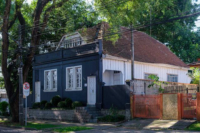 Casa mista na Rua Fernando Amaro, pintada em preto e branci