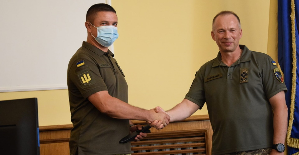 Сирський подарував генералу Нестеренку бойового ножа