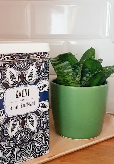 sisustus kahvi syksy kynttilä tunnelma olohuone kynttilänjalkja talja H&M  vihreä anopinhammas tikkurila