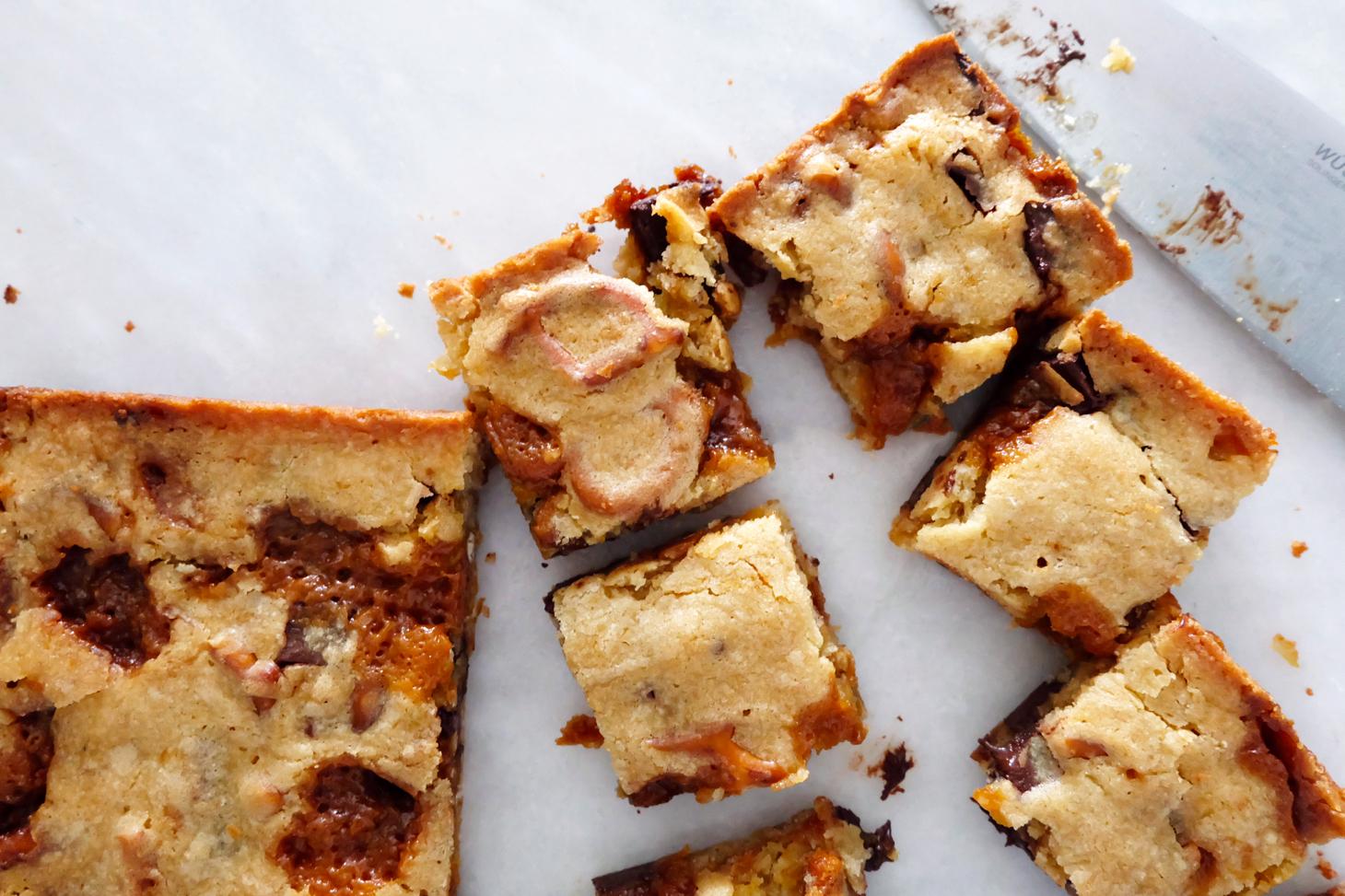chocolate chip caramel pretzel blondies