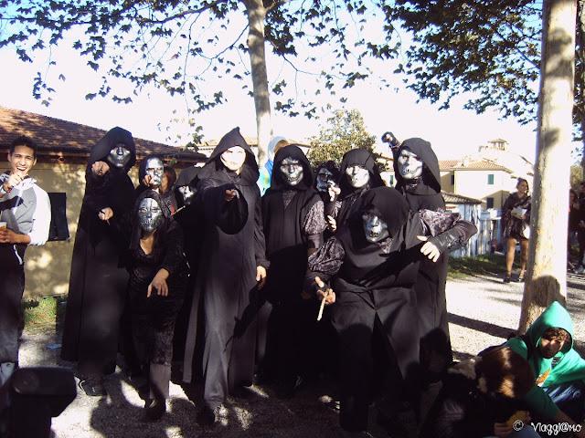 I cosplayers lungo le mura di Lucca