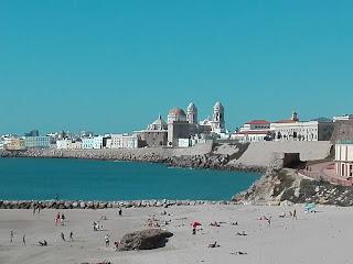 Catedral de Cádiz desde la playa Santa Maria del mar