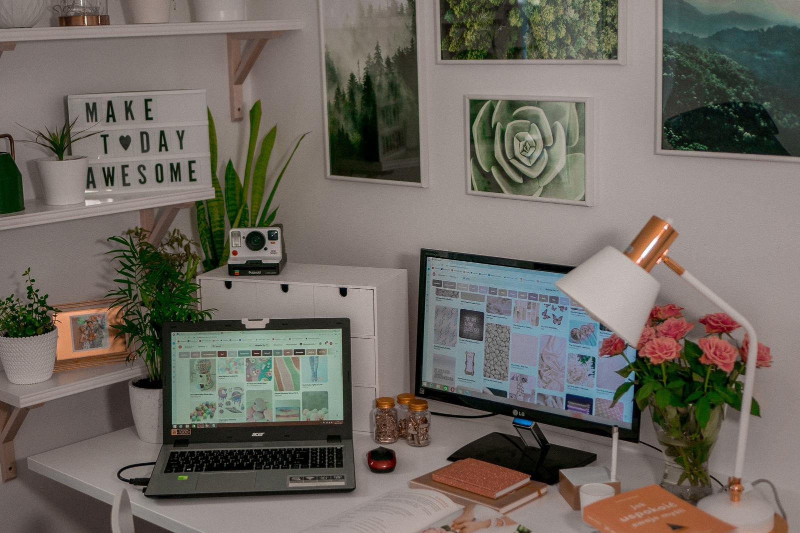 1 jak urządzić biuro w domu - dekoracje do biura, zielona ściana w mieszkaniu, jak zaprojektować galerię plakatów, plakaty krajobrazy rośliny na ścianę jak zawiesić obraz na ścianie biurko dla nastolatka