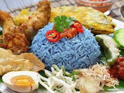 Nasi Kerabu - Doc. Tasteatlas.com