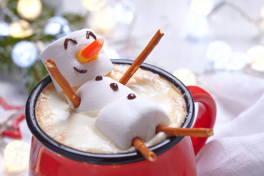 Bebida decorada con muñeco de nieve comestible