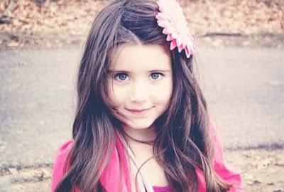 خلفية بنت بعيون زرقاء شكلها جميل جدا
