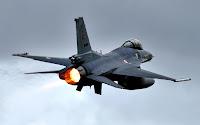 Türk F16 savaş jetinin uçarken arka taraftan görünüşü