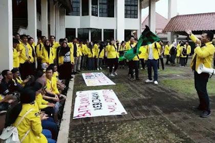 Puluhan Mahasiswa UI Depok Gelar Aksi Damai di Halaman Rektorat