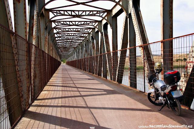 Puente antiguo ferrocarril sobre embalse del Vicario