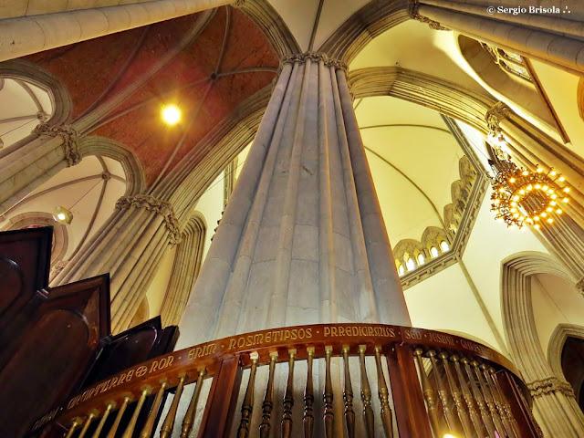 Perspectiva inferior de uma das colunas e detalhes do teto da Catedral da Sé - São Paulo