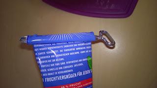 Marmetube beginn des einwickeln mit Tubenschlüssel.
