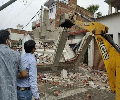 WATCH VIDEO: तीन मंजिला मकान व्यस्त हाइवे पर भरभरा कर गिरा, बिहार में पटना-गया NH पर हादसा
