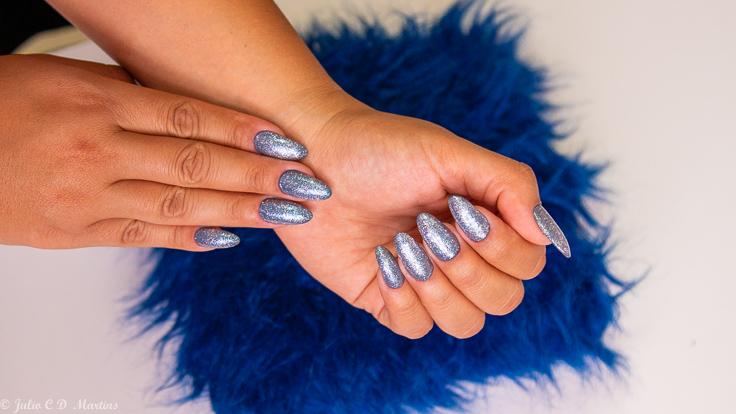 Unhas em acrílico: esmalte da semana com cor azul e glitter