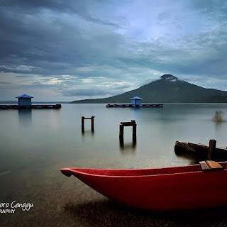 malesmegawe - Danau Ranau adalah danau terbesar kedua di Sumatra setelah Danau Toba. Danau ini terletak di perbatasan Kabupaten Lampung Barat Provinsi Lampung dan Kabupaten Ogan Komering Ulu Selatan Provinsi Sumatra Selatan. Danau ini tercipta dari gempa besar dan letusan vulkanik dari gunung berapi yang membuat cekungan besar.